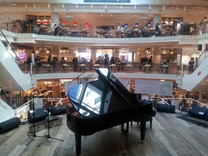 Sul palco, il pianoforte, a rievocare un passato che rimane anche se il teatro non c'è più