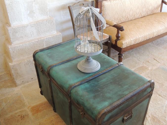 Un vecchio baule usato come tavolo